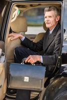 empresário com uma maleta foto