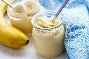 pudim de banana no café da manhã foto