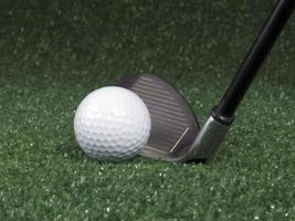 bola de golfe e ferro antes do balanço foto