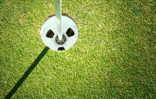 Taça de golfe sobre fundo verde com copyspace foto