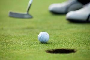 clube de golfe em um campo de golfe foto