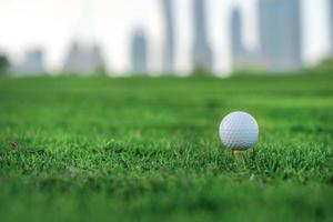golfe profissional. bola de golfe está no tee foto