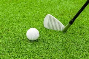 T de bola de golfe na frente do motorista no curso verde foto