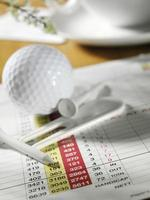 taco de golfe e bola com cartão de pontuação foto