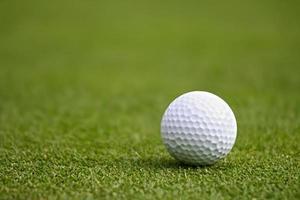 bola de golfe em verde foto