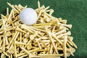 camisetas e bolas de golfe foto