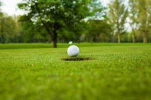 bola de golfe no fairway foto