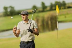 jovem jogando golfe foto