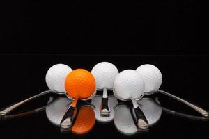cinco colheres e bolas de golfe foto