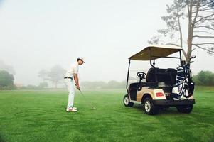 homem de carrinho de golfe foto