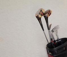 tacos de golfe retrô em uma velha bolsa de couro foto
