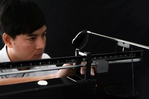 fabricante de tacos medindo o peso total do taco de golfe foto