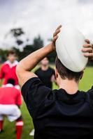 jogadores de rugby, treinando em campo foto