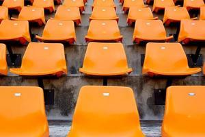 assentos do estádio vazio laranja na arena foto