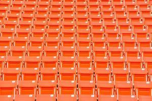 assentos vermelhos na arquibancada do estádio