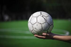 bola de futebol na mão foto