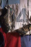 pendurando minhas botas. foto