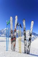equipamentos de esqui na neve