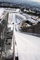 topo da montanha de holmenkollen salto de esqui foto