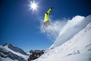 snowboarder nas montanhas altas foto