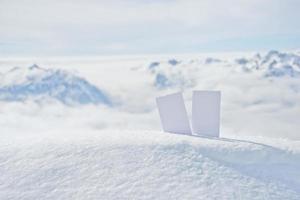 bilhetes de esqui no topo da montanha foto