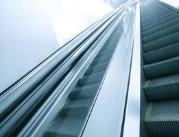 escada rolante moderna azul no centro de negócios foto