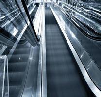 movimento da escada rolante de negócios foto