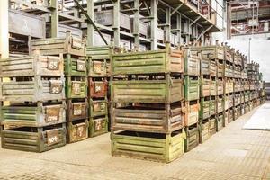 grande arrecadação com caixas de metal foto
