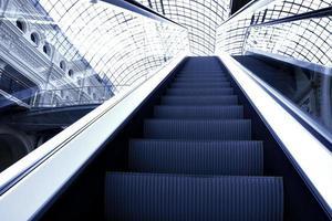 escada rolante em movimento no centro do escritório foto