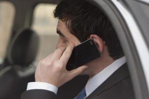 jovem empresário falando no telefone foto