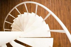 escada em espiral branca