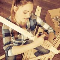 mulher se mudar para móveis de montagem de apartamento. foto