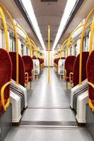 interior do trem do metrô foto