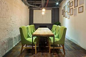 mesa de conferência e cadeiras na sala de reuniões foto