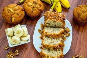 pão de banana e noz fresco foto