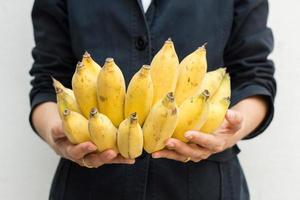closeup, jovem, mulher, segurando, cacho bananas
