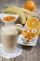 batido de banana, suco de laranja, espinheiro congelado com iogurte foto