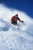 homem esquiar na encosta da montanha foto