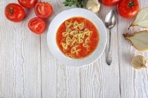 sopa de tomate com tomates frescos foto