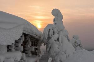 chalé nevado no topo de uma montanha na Lapônia foto