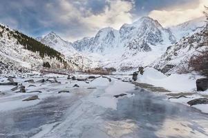 paisagem de inverno bonito, montanhas altai na rússia.
