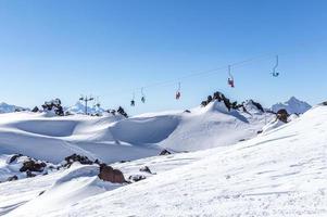teleférico na estância de esqui no alto das montanhas foto