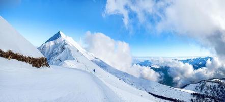 esportes montanhas paisagens inverno turista neve natureza céu azul foto