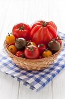 cesta com tomates coloridos foto