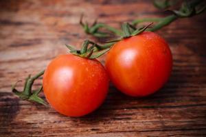 dois tomates vermelhos foto