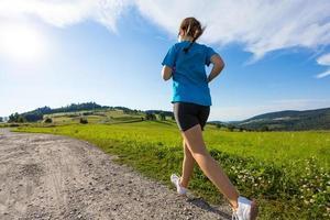 jovem mulher correndo foto