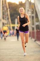menina correndo cidade foto