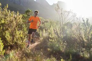 corrida de montanha de manhã cedo foto