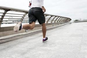correndo ao longo da ponte foto