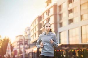 mulher correndo na cidade foto